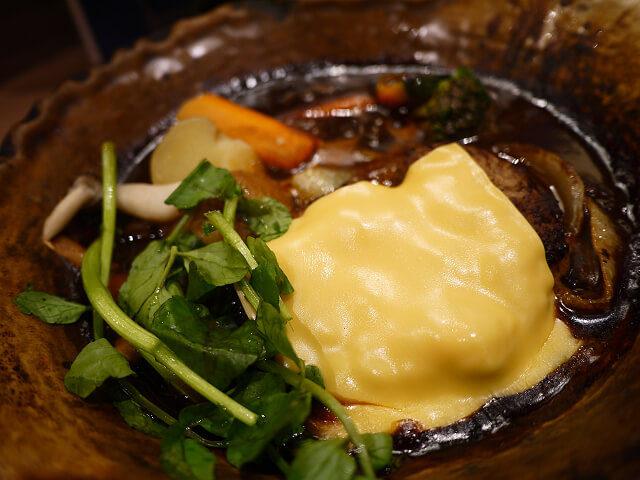 チェダーチーズがとろける手ごねハンバーグのデミシチュー定食画像