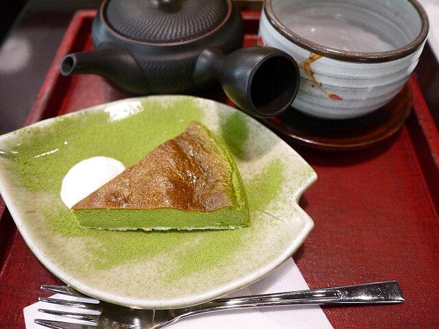 抹茶ケーキとほうじ茶のセット画像