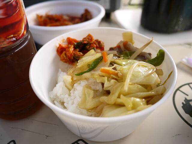 キャンプ飯 野菜炒めキムチ添えご飯画像