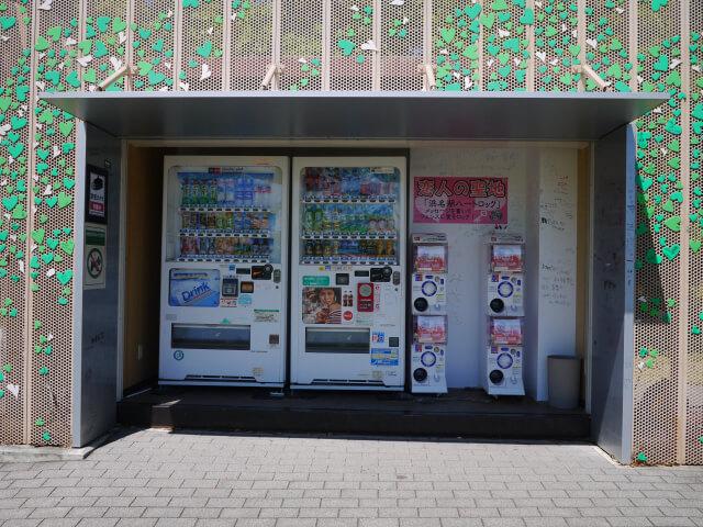 浜名湖サービスエリア 芝生広場にある自販機画像