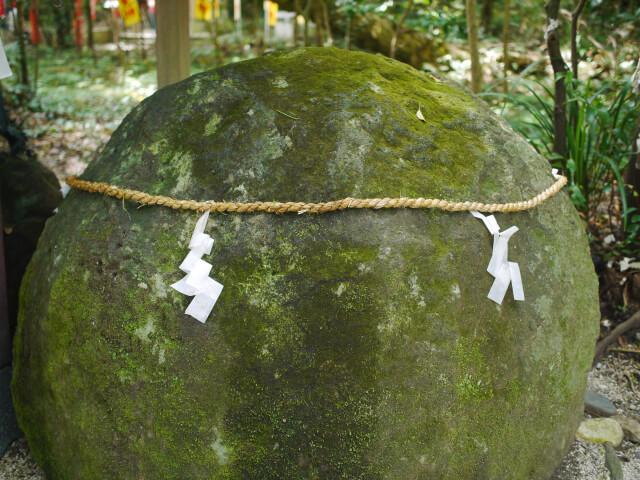 花の窟神社 手水舎にある岩画像