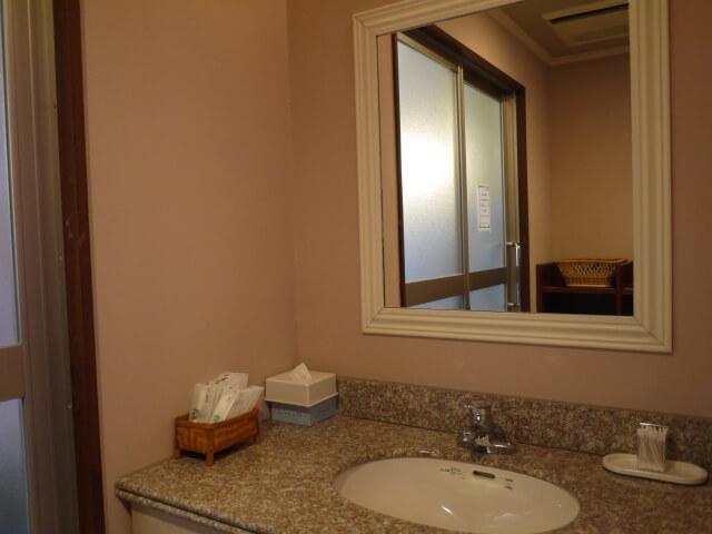 ホテルキャッスルイン津 貸切風呂ナポリの脱衣所にある洗面台画像