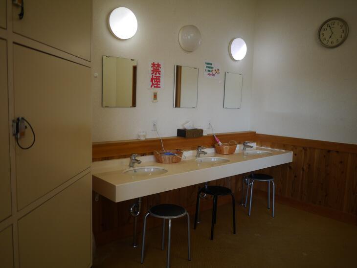 四季の郷 遊楽 郷の湯 中浴場の更衣室画像