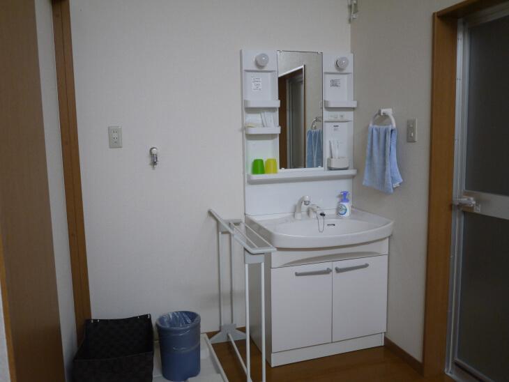 四季の郷 遊楽 コテージにある洗面台画像