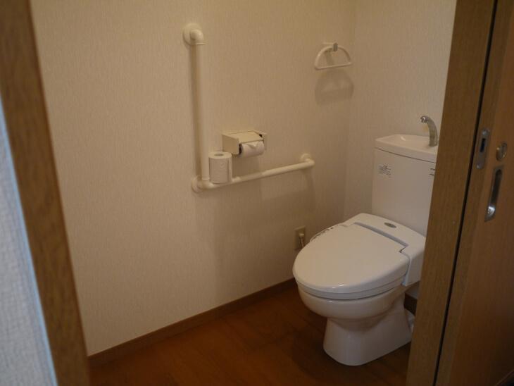 四季の郷 遊楽 コテージ室内にあるトイレ画像