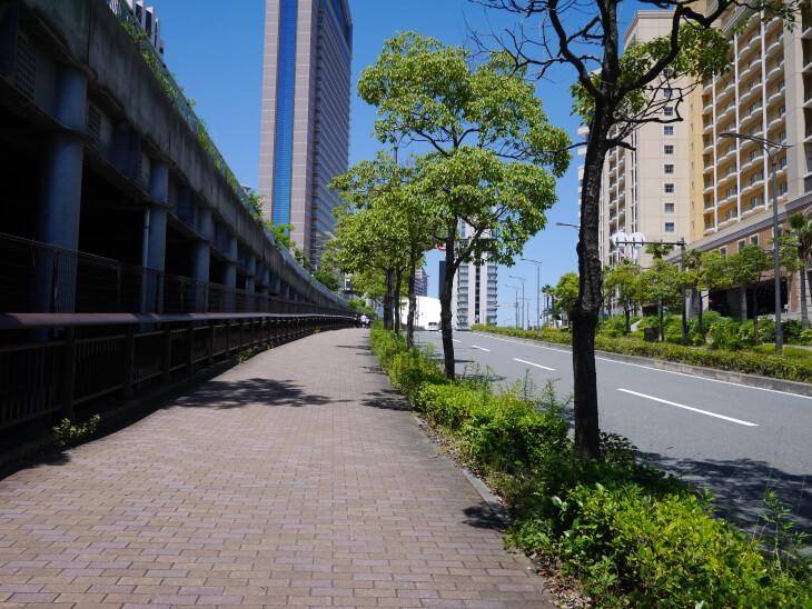 ゆめ咲線沿いの歩道画像