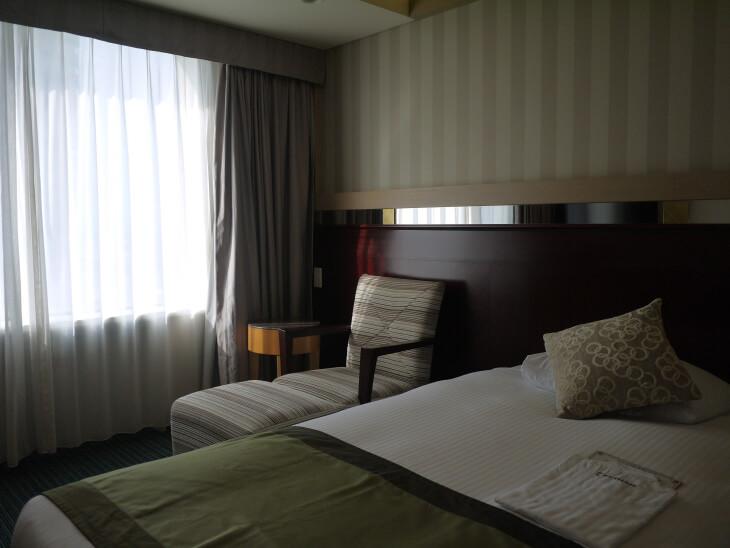 ホテル京阪 ユニバーサル・タワー 室内にあるオットマン付きソファ画像