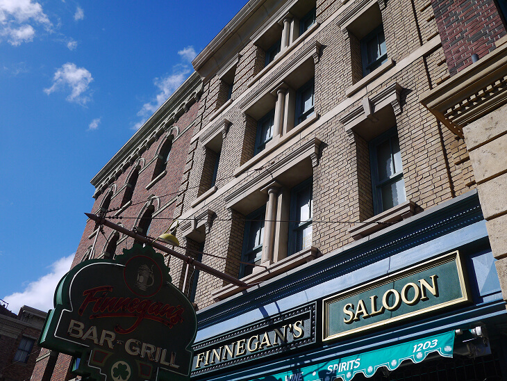 フィネガンズ・バー&グリル建物と看板画像