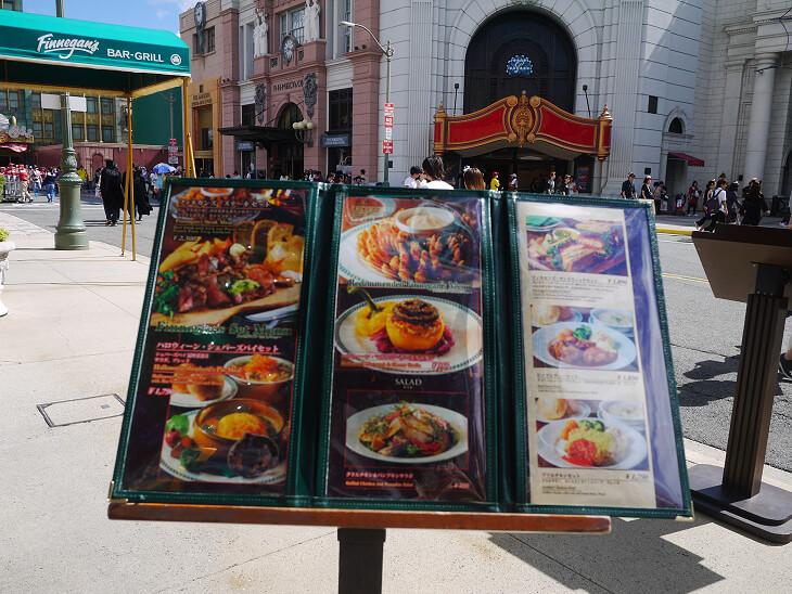 フィネガンズ・バー&グリル店の外に設置されたメニュー画像