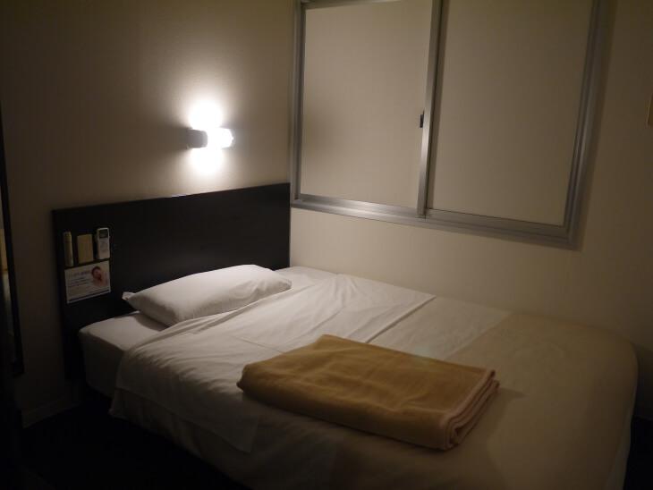 スーパーホテルJR新大阪東口 室内にあるベッド画像