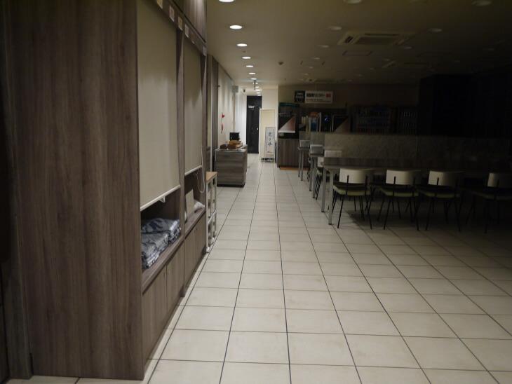 スーパーホテルJR新大阪東口フロント前のロビー画像