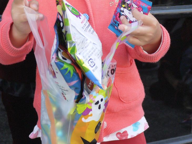ハッピー・トリック・オア・トリート お菓子袋にお菓子いっぱいの画像