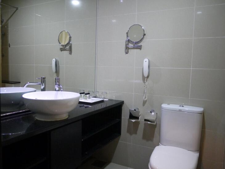 ホテル ロイヤル@クイーンズ 室内にある洗面台とトイレ場像