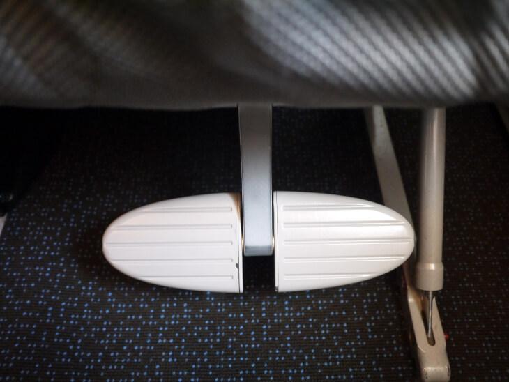 SQ619便(A380-800)Yクラス2-4-2配列シートのフットレスト画像