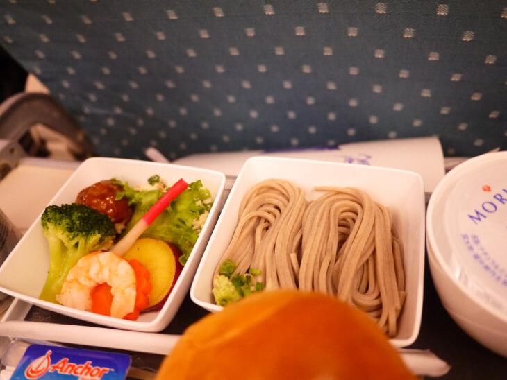 SQ619便(A380-800)Yクラス 機内食サラダとそばの画像