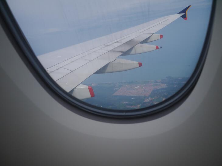 着陸態勢に入ったSQ619便(A380-800)画像