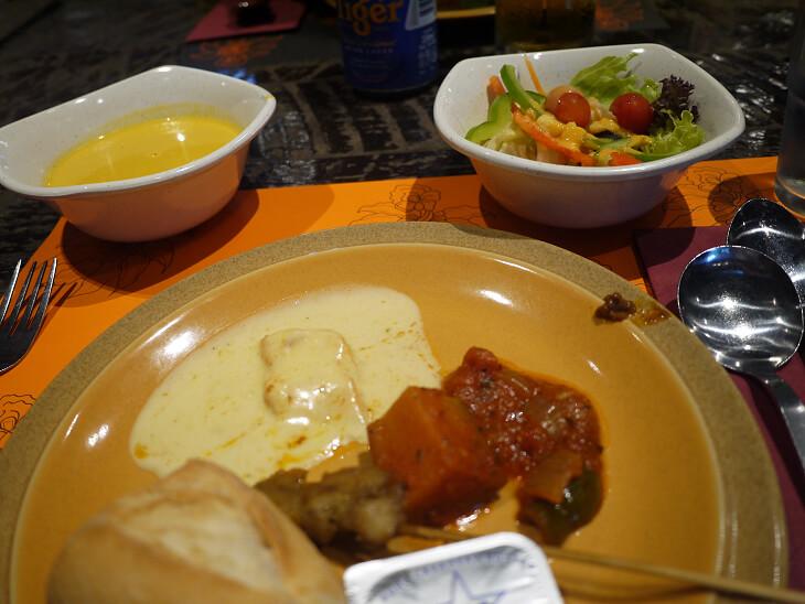 シンガポール ナイトサファリ ビュッフェスタイルの夕食画像