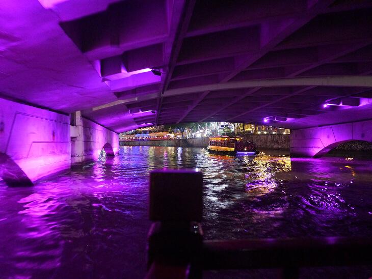 橋の下を通るバンボート画像