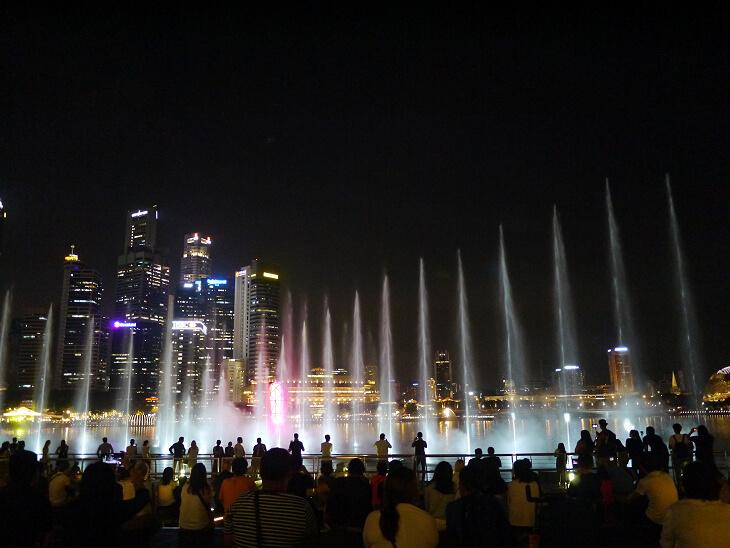 マリーナベイサンズ イベント広場による水と光のショー スペクトラ画像