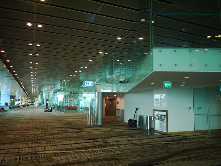 チャンギ国際空港ターミナル3搭乗ゲートへ向かう通路画像