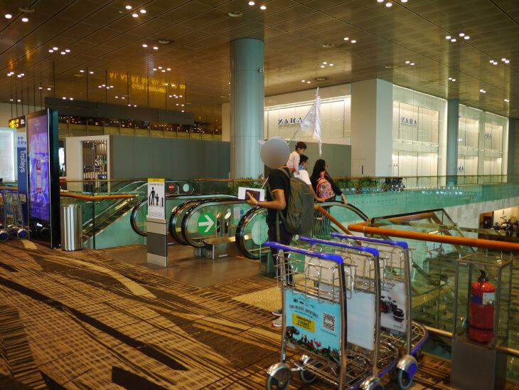 チャンギ国際空港ターミナル3イミグレーションに通じるエスカレーター画像