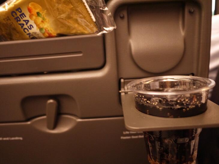 SQ622便 機内サービスのドリンクとおつまみ画像