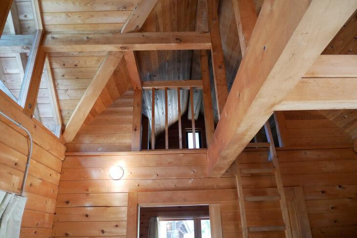 ログハウスうぐいす梯子と2階画像