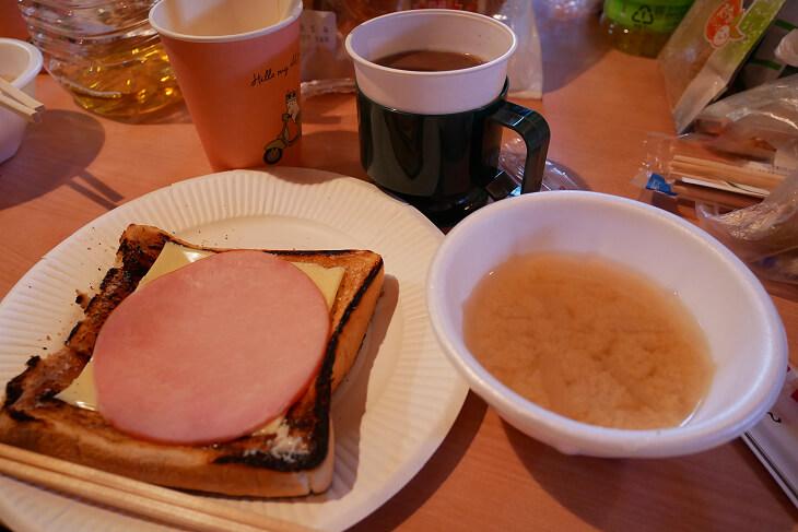 キャンプ料理 焦げたトースト画像