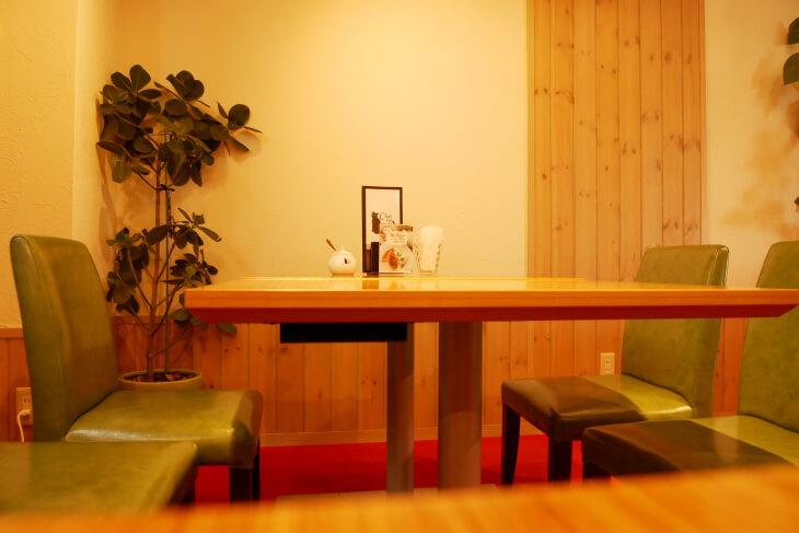 シャノワール花園店カフェスコーナーテーブル画像