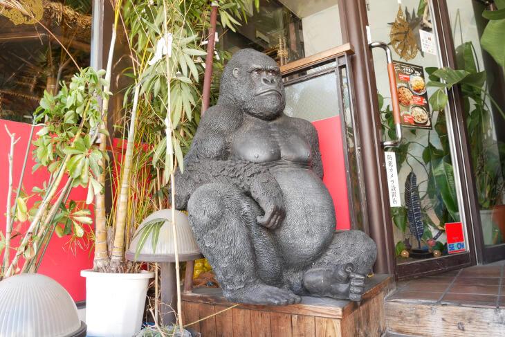 東大阪ココイロ 入口にあるゴリラの置物画像