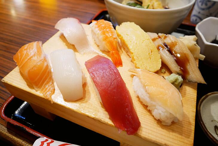 海老天ぷらうどんと定番にぎり盛りのにぎりアップ画像