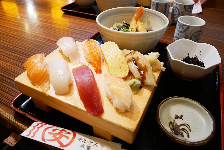 海老天ぷらうどんと定番にぎり盛り画像