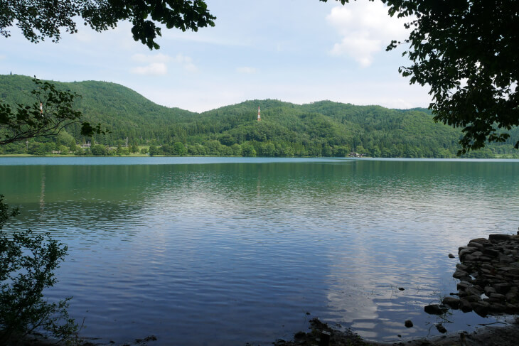boathouse cafe前の湖畔から撮影した青木湖画像
