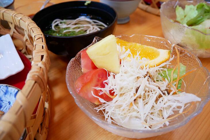 四季の郷 遊楽の朝食そば、サラダ画像