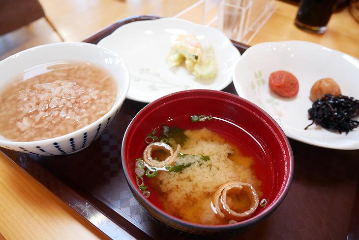 四季の郷 遊楽の朝食 茶粥 梅干し 味噌汁画像