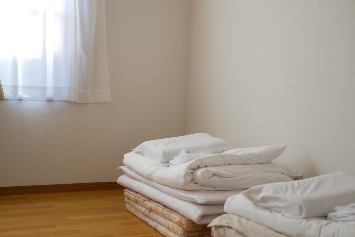 ペット専用コテージ 18平米の洋室にある布団画像